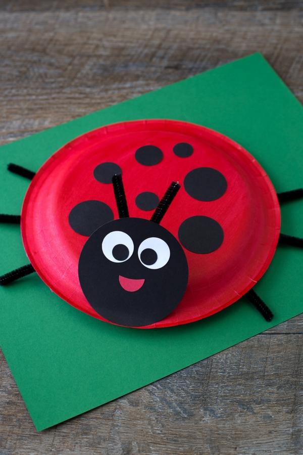 Marienkäfer basteln aus Pappteller für Kinder
