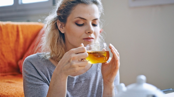 Natürliche Beruhigungsmittel aus der Naturapotheke und weitere Anti-Stress Tipps kräuter tee trinken