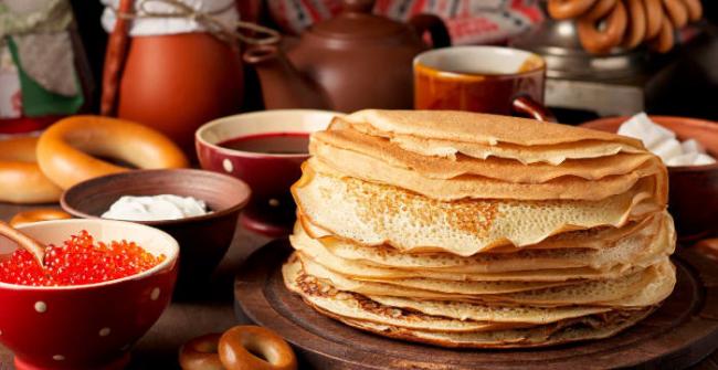 Pfannkuchen leicht gemacht auf einem Teller gestapelt zum Essen einladen