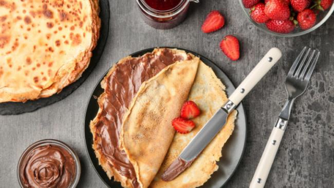 Pfannkuchen leicht gemacht mit Erdbeeren und Nutella essen