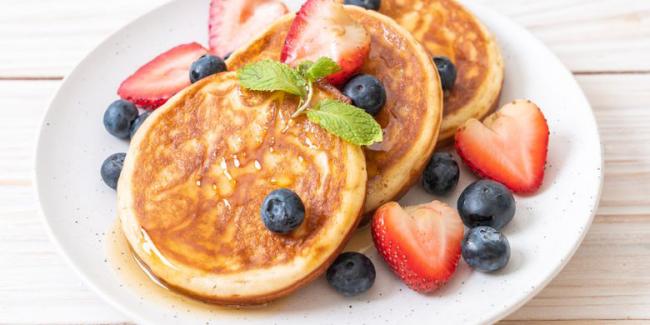 Pfannkuchen leicht gemacht mit frischen Früchten verziert Brombeeren Erdbeeren