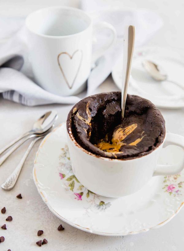 Schokoladenkuchen mit Erdnussbutter im Glas himmlischer Geschmack bestes Dessert am Valentinstag in vollen Zügen genießen