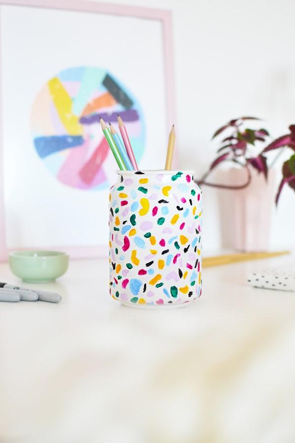 Stiftehalter basteln – Ideen und Anleitung für Schüler und Telearbeiter glas malen ideen konfetti