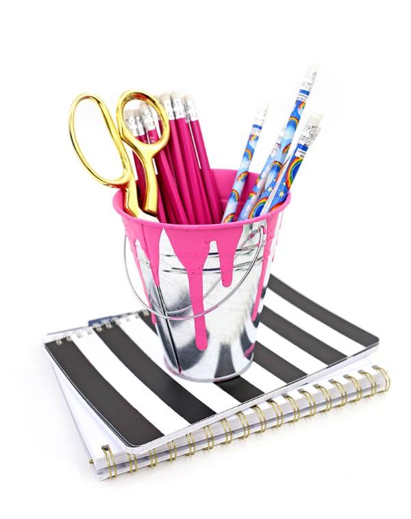 Stiftehalter basteln – Ideen und Anleitung für Schüler und Telearbeiter kleines eimer farbe rosa