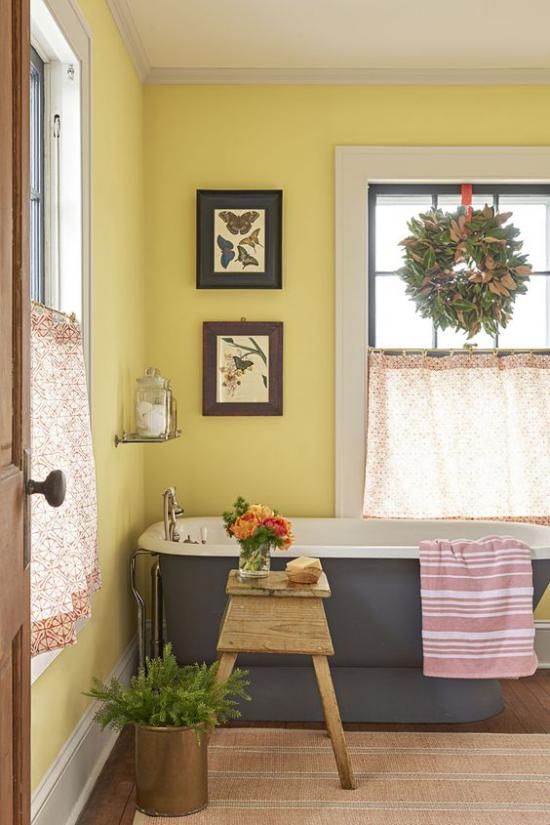 Trendfarben 2021 im Interieur Badezimmer in Grau gelbe Akzentwand starke visuelle Wirkung ideen