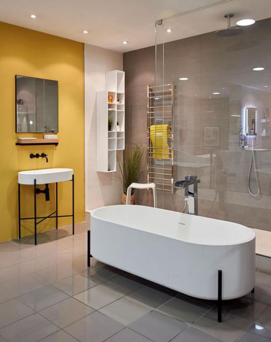 Trendfarben 2021 im Interieur Badezimmer in Grau gelbe Akzentwand starke visuelle Wirkung