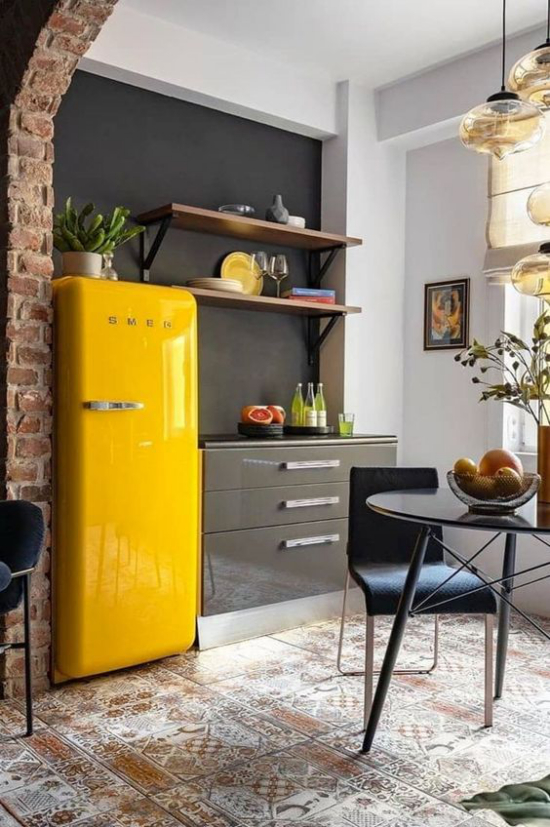 Trendfarben 2021 im Interieur Küche im Industrial Style gelber Kühlschrank Hingucker