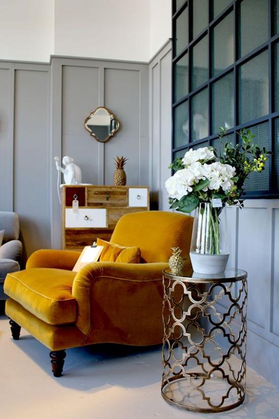Trendfarben 2021 im Interieur bequemer Sessel Samt in Goldgelb schöner Blickfang