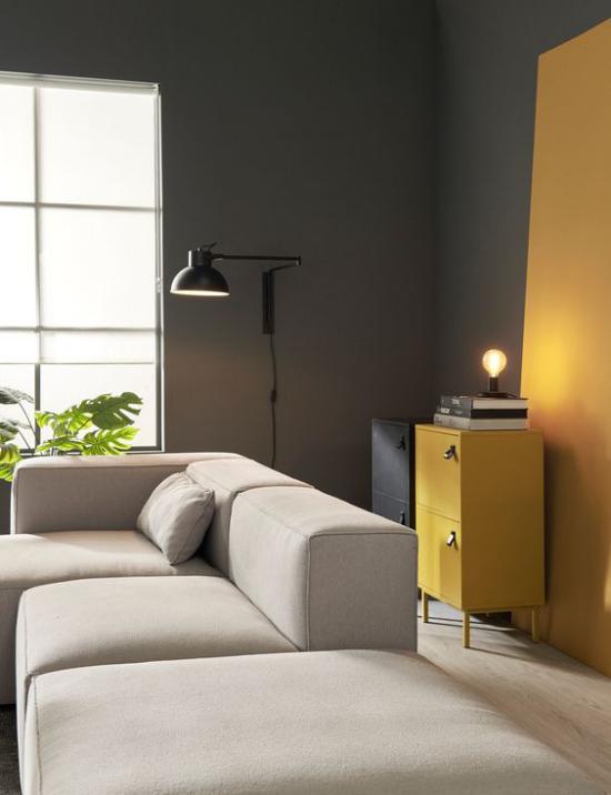 Trendfarben 2021 im Interieur elegant eingerichtetes Wohnzimmer Luxus pur in Gelb und Grau