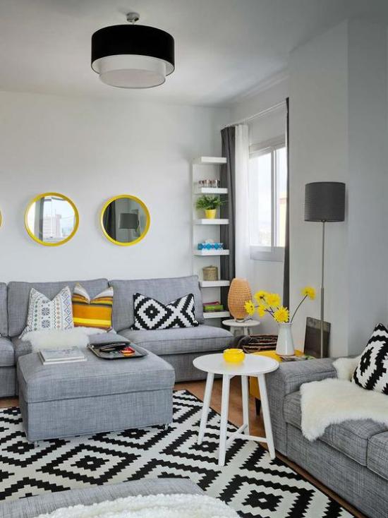 Trendfarben 2021 im Interieur gelbe Wohnaccessoires Kissen Blumen Wandspiegel erfrischen den Wohnraum