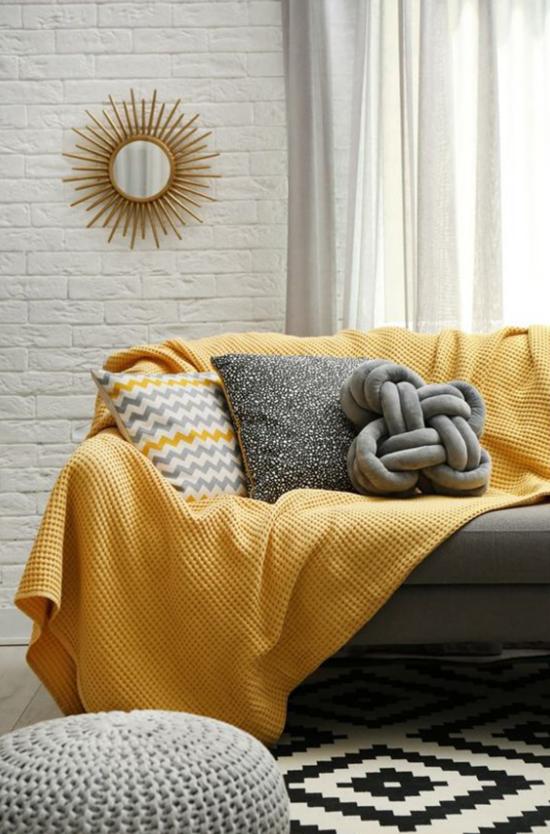 Trendfarben 2021 im Interieur schicke Möbel Wohnzimmerecke weiche Texturen Wanddekoration