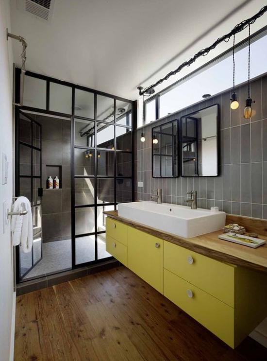 Trendfarben 2021 im Interieur schickes Bad Trennwand Glas grau dominiert gelbe Akzente erfrischen das Ambiente
