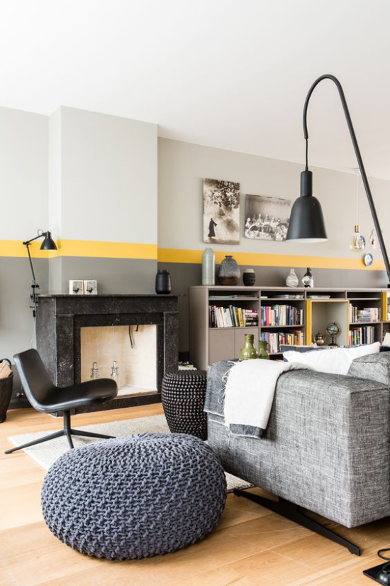 Trendfarben 2021 im Interieur schickes Design Wohnzimmer modernes Ambiente gelber Streifen an der Wand kleine gelbe Akzente