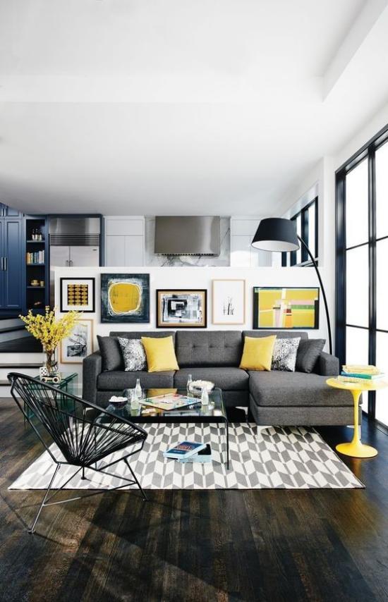 Trendfarben 2021 im Interieur sich gut einschreiben gelbe Wohnaccessoires Kissen Vase kleiner runder gelber Tisch