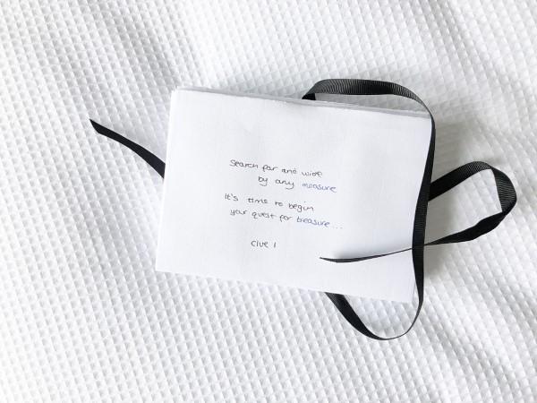 Valentinstag Unternehmungen für Zuhause – Ideen für Liebespaare trotz Corona schnitzeljagd geschenke rätsel