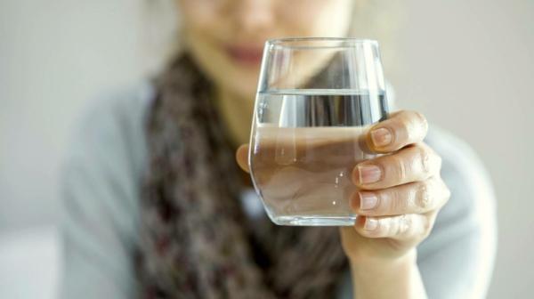 Welche Hausmittel gegen Halsschmerzen kennen Sie Hier sind 9 davon Flüssigkeiten