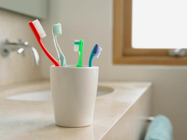 Welche Hausmittel gegen Halsschmerzen kennen Sie Hier sind 9 davon Zahnbürste