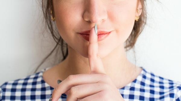 Welche Hausmittel gegen Halsschmerzen kennen Sie Hier sind 9 davon leise sprechen