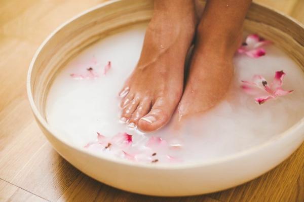 fußbad selber machen mit rosenblättern