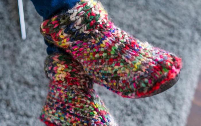 hausschuhe stricken bunt und warm