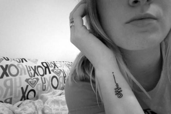 mini unalome tattoo unterarm handgelenk