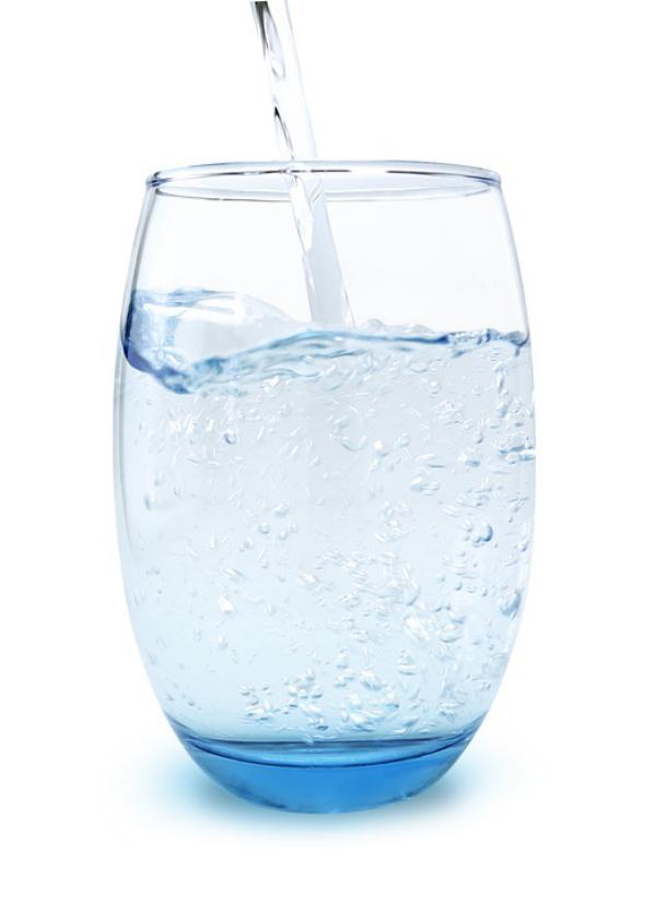 strahlende Gesichtshaut gesunde Lebensmittel Mineralwasser 1,5 Liter pro Tag trinken gut hydriert sein