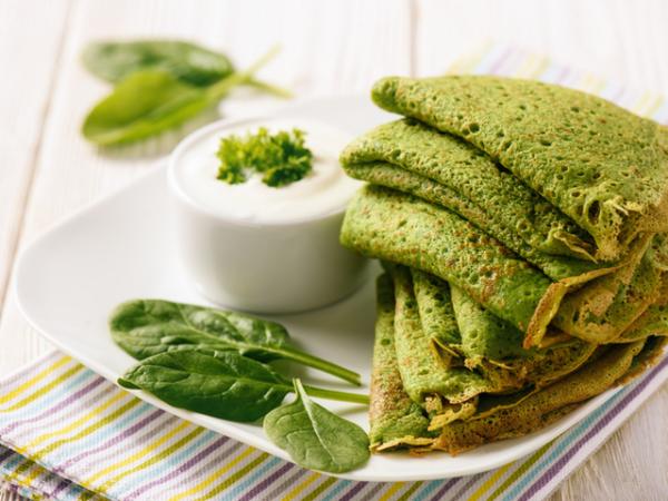 strahlende Gesichtshaut gesunde Lebensmittel Pfannkuchen mit Spinat gesund und lecker
