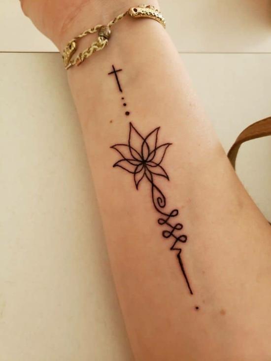 unalome tattoo mit kreuz arm
