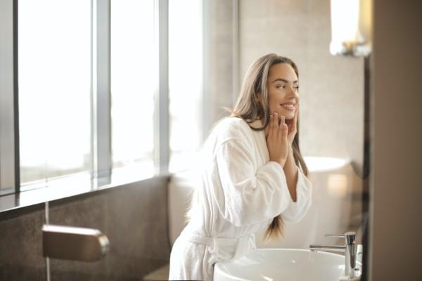 Bademantel mit oder ohne Kapuze So wählen Sie den perfekten Bademantel frau im spiegel
