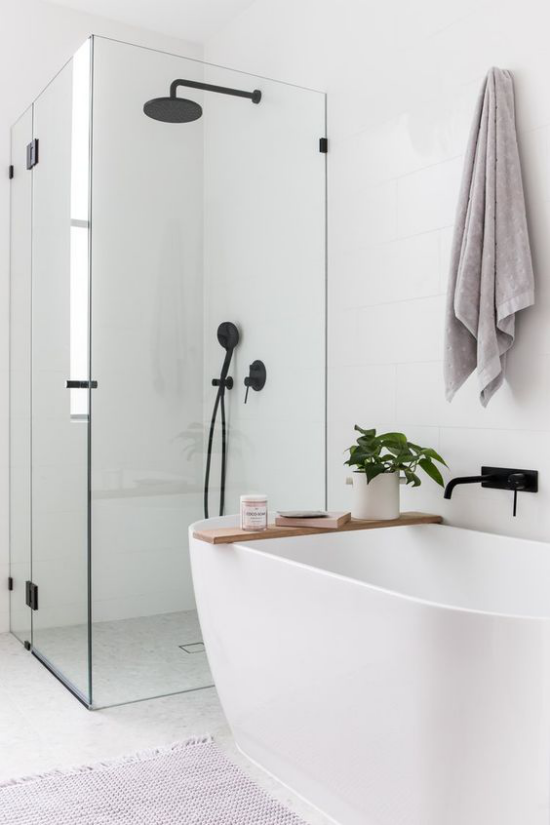 Badezimmer Trends 2021 Duschecke Glaswände freistehende Badewanne elegantes zeitloses Baddesign