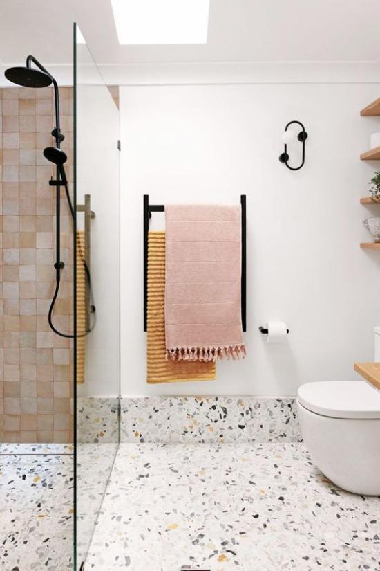 Badezimmer Trends 2021 Terrazzoboden weiße Wände modernes Bad Duschecke Glaswand WC bunte Tücher