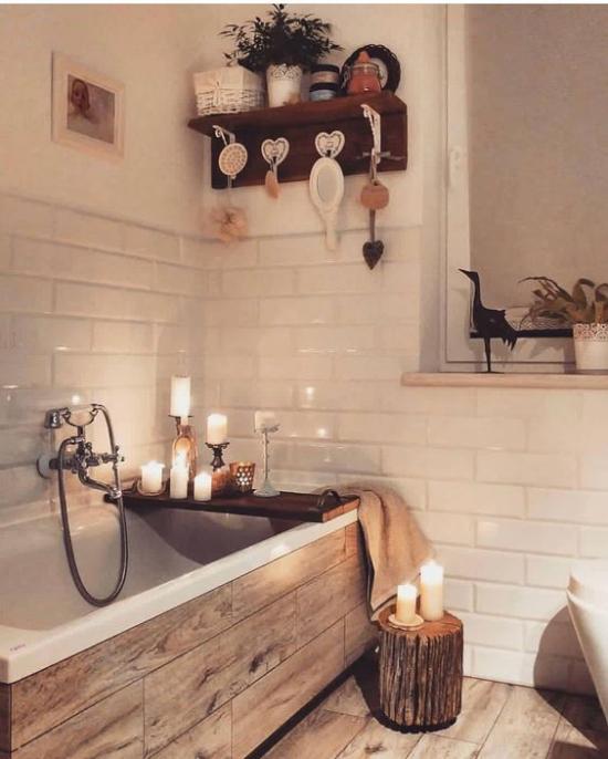 Badezimmer Trends 2021 gemütliches Bad Spa Feeling Holzregal Badewanne weiße Metro Fliesen solche in Holzoptik viele Kerzen