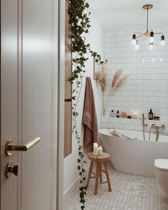 Badezimmer Trends 2021 gemütliches Bad sanfte Farben weiße Metro Fliesen Deko mit Naturmaterialien