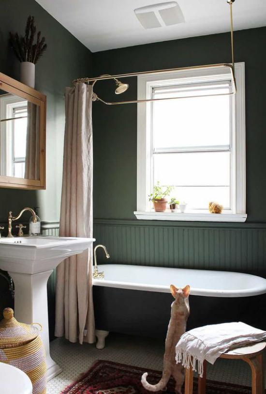 Badezimmer Trends 2021 grüne Wand Badewanne Katze Fenster badevorhang Waschtisch im Retro Stil