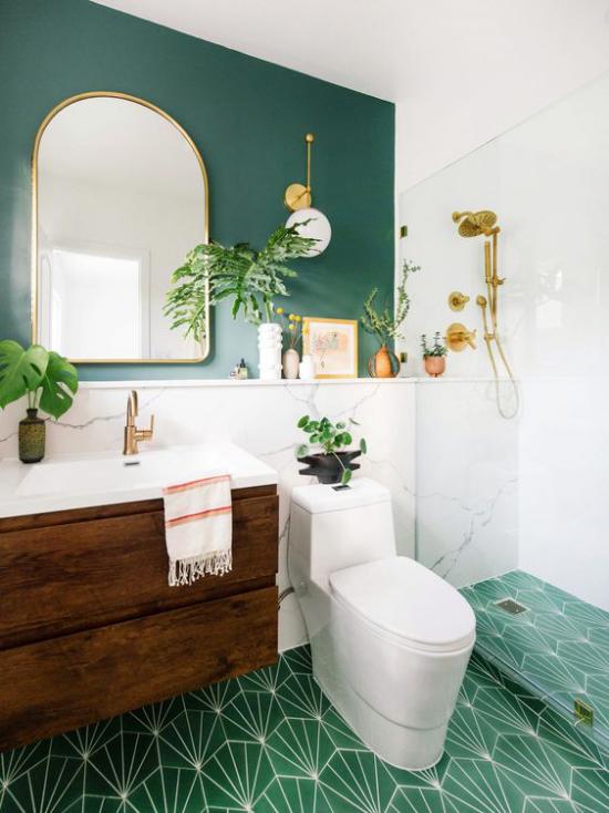 Badezimmer Trends 2021 grüne Wand Spiegel grüne Bodenfliesen fein gemustert Waschtisch Holz WC
