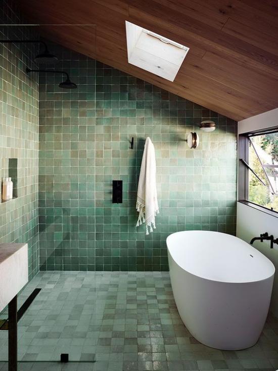 Badezimmer Trends 2021 grüne Wand-und Bodenfliesen verschiedene Schattierungen weiße Badewannen Fenster rechts Dachfenster oben viel Licht
