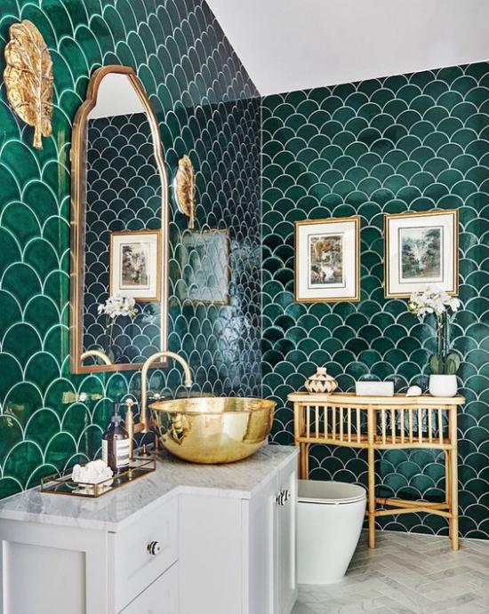Badezimmer Trends 2021 opulentes Bad grüne Wandfliesen goldene Akzente Waschbecken