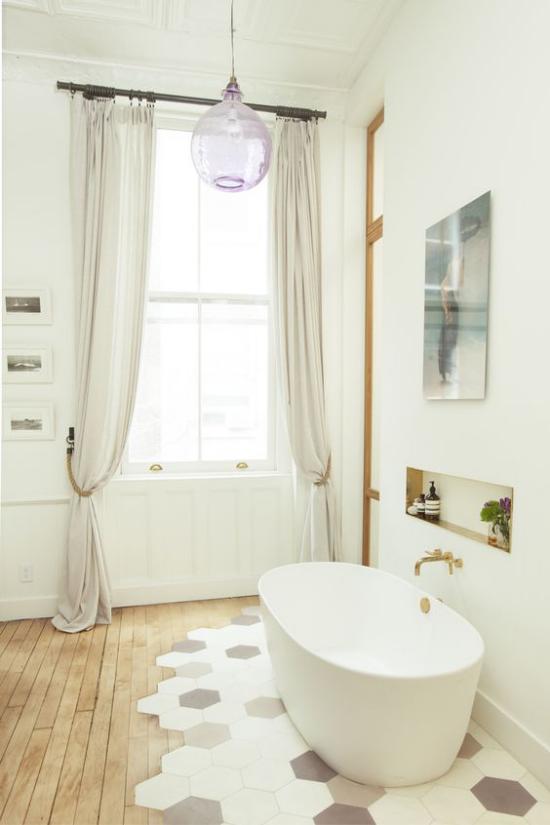 Badezimmer Trends 2021 schönes Baddesign weiße Badewanne Bodenübergang Fliesen Holz