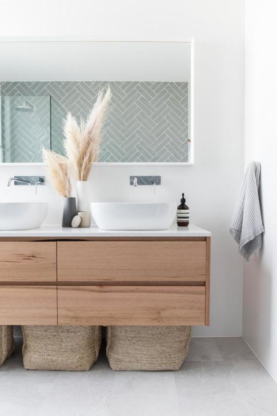 Badezimmer Trends 2021 schickes Bad weiße Fliesen schwebender Waschtisch Deko Ziergras