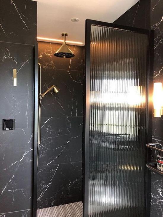 Badezimmer Trends 2021 schickes Baddesign schwarze Fliesen Glastür goldgelbe Akzente edle Erscheinung