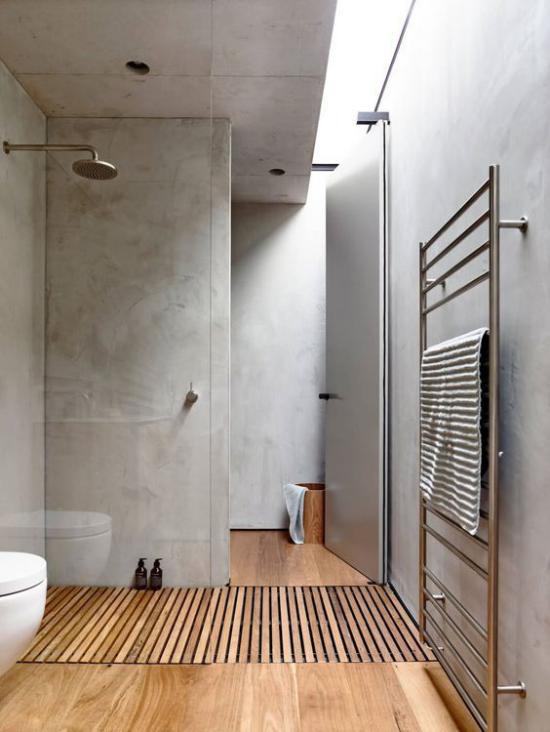 Badezimmer Trends 2021 schlichtes baddesign in Grau Holzplatten Holzboden Dusche WC