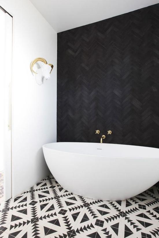 Badezimmer Trends 2021 schwarze Akzentwand weiße Badewanne gemusterte Bodenfliesen schickes Design Kontraste