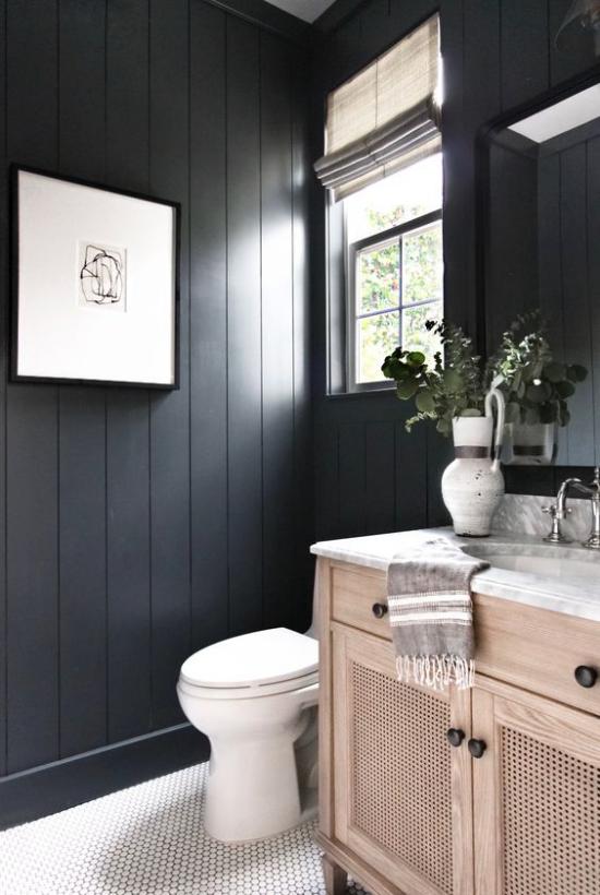Badezimmer Trends 2021 schwarze Wand Bild weiße Bodenfliesen etwas Holz Waschtisch WC Fenster