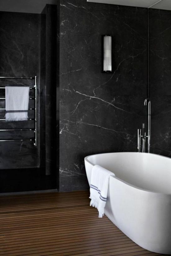 Badezimmer Trends 2021 schwarzes Bad weiße Badewannen weißes Badetuch Kontraste
