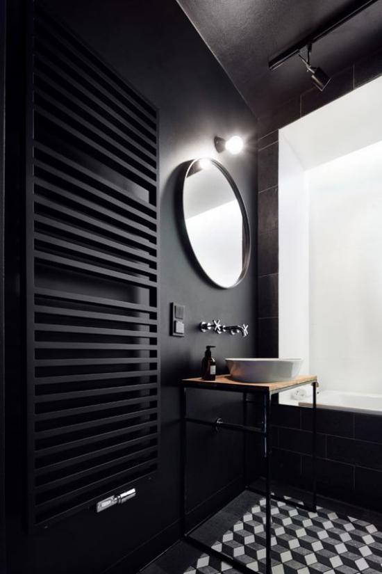 Badezimmer Trends 2021 schwarzes Baddesign gemusterte Bodenfliesen runder Spiegel schlichter Waschtisch