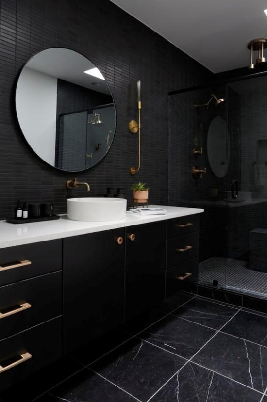 Badezimmer Trends 2021 schwarzes baddesign Marmorfliesen weiße Waschtischplatte visueller Kontrast