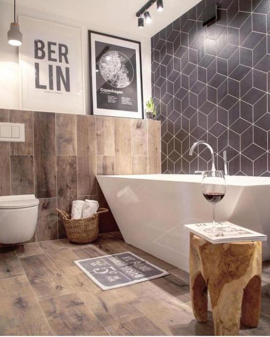 Badezimmer Trends 2021 weiße Badewanne WC Fliesen in Holzoptik Gemütlichkeit pur Hocker aus Holz ein Glas Wein