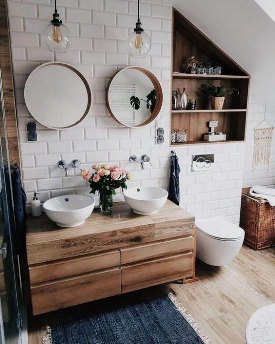 Badezimmer Trends 2021 weiße Metro Fliesen mit viel Holz gepaart Waschtisch Regal Korb