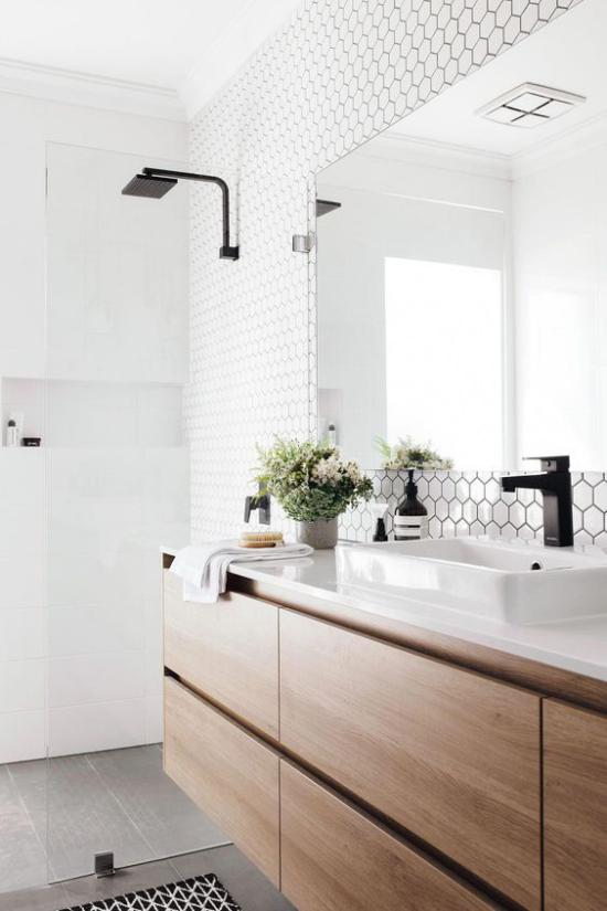 Badezimmer Trends 2021 weiße Wandfliesen schwebender Waschtisch großer Wandspiegel schwarze Armaturen