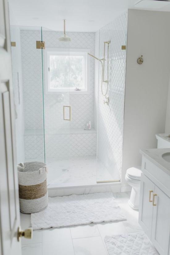 Badezimmer Trends 2021 weißes Baddesign Sauberkeit Eleganz Stil Duschecke Glastür Badematten Korb